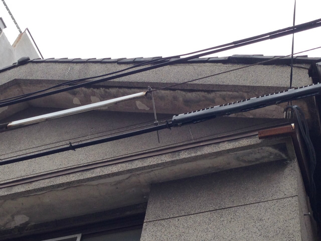 60年間、雨風から家を守ってきた屋根部分。軒下もだいぶ汚れが目立ってきています。